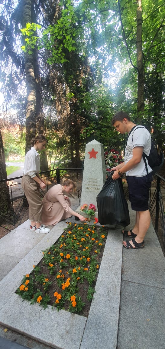 Молодежь Силино привела в порядок территории братских захоронений